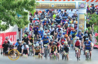 And they're off. If you look carefully, I'm one of the several guys in Colorado flag jerseys toward the back.