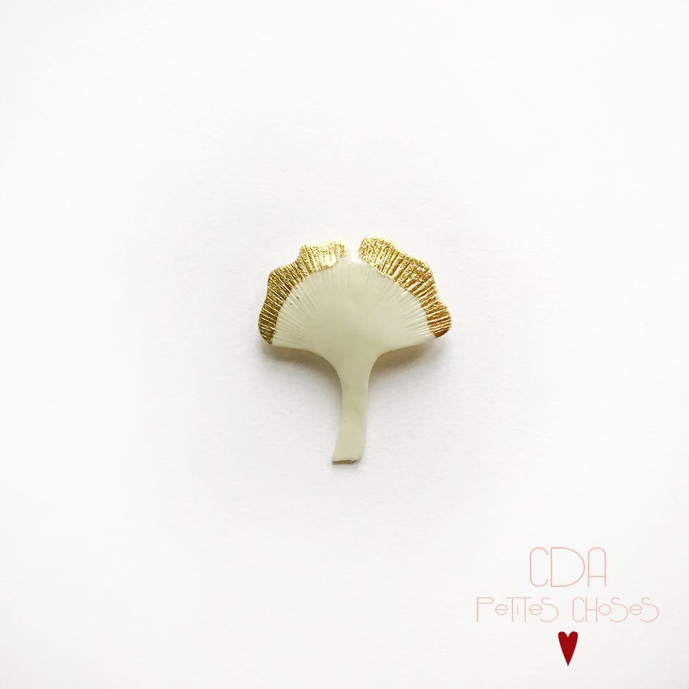 Broche en porcelaine Ginko blanc et feuille d'or CDA Petites Choses