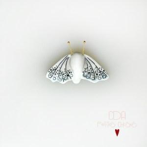 broche-en-porcelaine-sphinx-blanc-et-bleu CDA Petites Choses