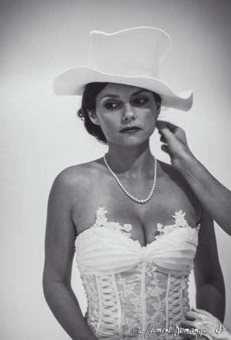 L'essai de chapeau pour le mariage - photographie de mariage