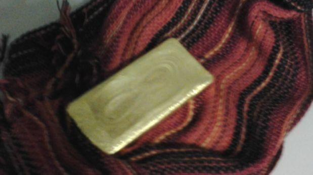 Sunat incautó lingote de oro que mujer escondía en una chalina