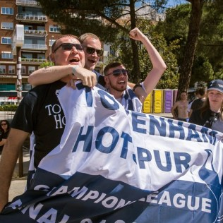 epa07617498 Tottenham soccer fans gather at Colon square in Madrid, Spain, 01 June 2019. A fan zone has been placed at the square for Tottenham fans to gather before heading to the Wanda Metropolitano Stadium to attend the 2019 Champions League Final. Tottenham Hotspur and Liverpool FC will play the 2019 UEFA Champions League final at the Wanda Metropolitano stadium in Madrid in the evening. EPA-EFE/FERNANDO VILLAR