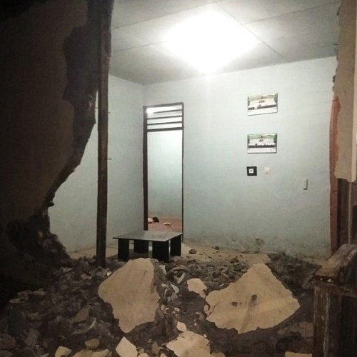 Hundreds evacuated after 7.3 quake in Indonesia