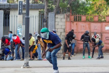 Tension in Haiti as police and army exchange fire
