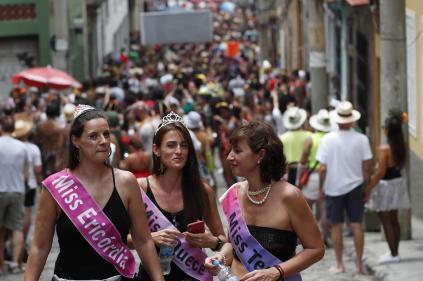 epa08238444 Members of the troupe 'Cordão do Prata Preta' attend a parade during the first day of carnival at Santa Teresa neighborhood in Rio de Janeiro, Brazil, 22 February 2020. EPA-EFE/Marcelo Sayão