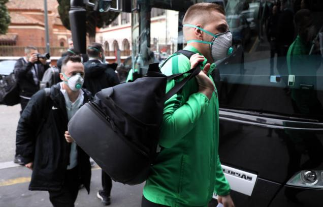epa08249414 Players and staff of the Bulgarian soccer team PFC Ludogorets Razgrad wear medical face masks as they arrive at their hotel in Milan, Italy, 26 February 2020. Ludogorets will play against Inter Milan in the second leg of their UEFA Europa League Round of 32 match. Inter snatched a 0-2 away win in the first leg played in Bulgaria on 20 February 2020. EPA-EFE/MATTEO BAZZI