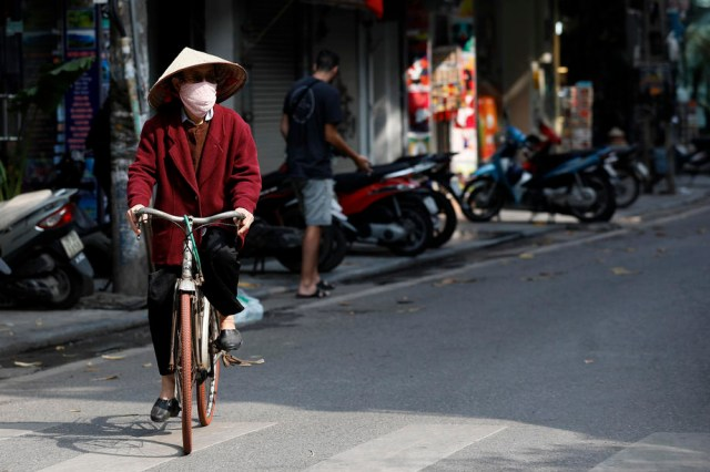 Vietnam business hub to extend social distancing curbs for 15 days