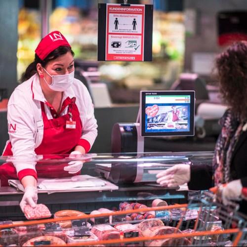 Austrian supermarkets hand out face masks