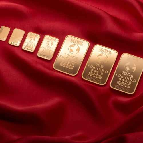 Gold gains as gloomy U.S. economic outlook dents dollar