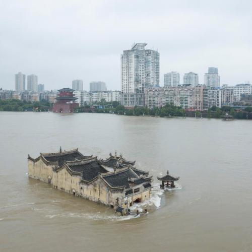 China evacuates 100,000 as floods threaten heritage site