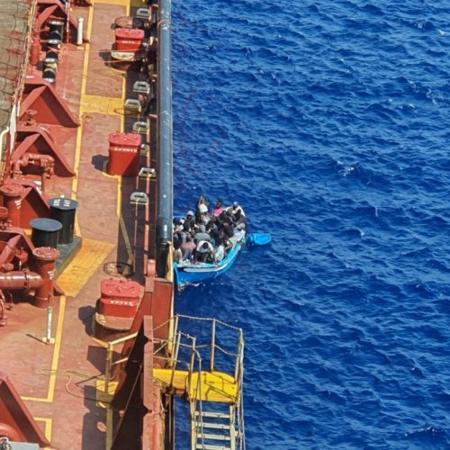 Migrants aboard tanker allowed to land in Sicily