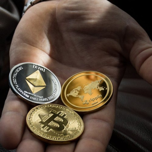 Hit by cryptocurrency curbs, Chinese fund managers look elsewhere to ride bitcoin bull