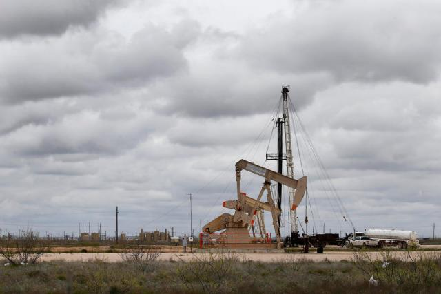 Oil rally boosted by surprise fall in U.S. stocks