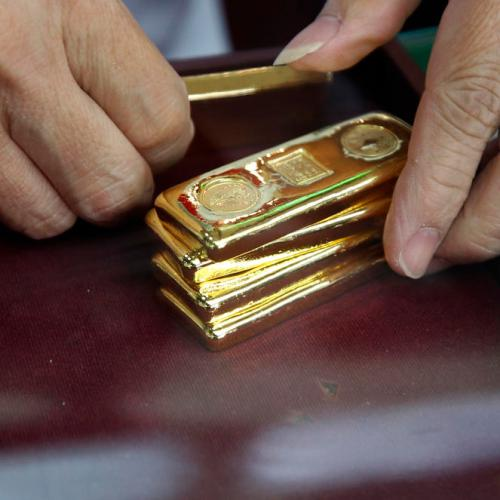 Gold rises on U.S. election jitters; steady dollar caps gains