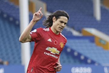 Cavani extends Man Utd stay with one-year deal