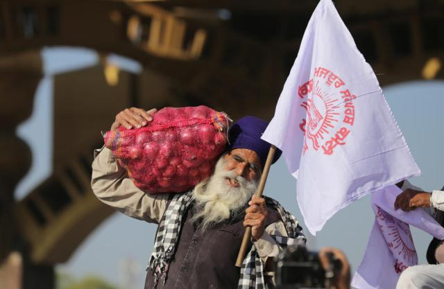 Thousands of protesting Indian farmers and police face-off at New Delhi border