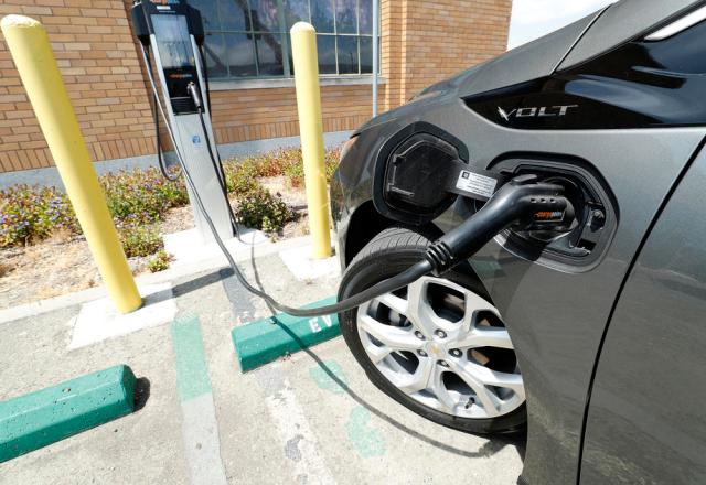 "UK watchdog studies ""range anxiety"" in electric vehicle charging"