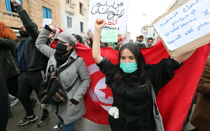 Injured Tunisian protester dies, fuelling new clashes