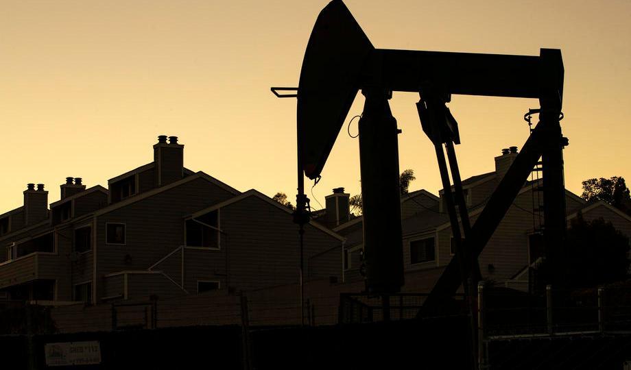 Oil dips as U.S. storm-hit supply makes slow return