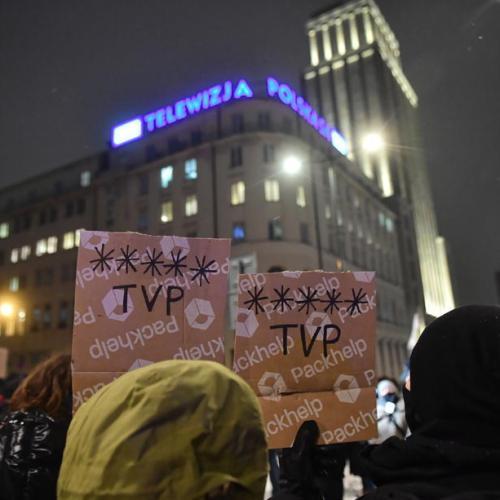 EU frets over Hungarian radio closure, levy on Polish media