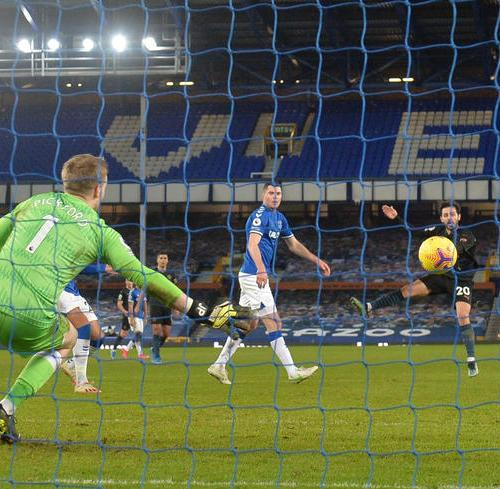 Classy Manchester City go 10 points clear with 3-1 win at Everton