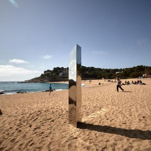 Photo Story – A metallic monolith appears on a beach in Catalonia