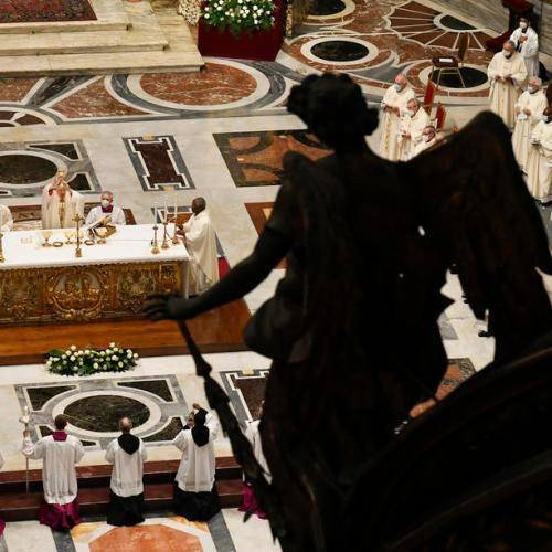 Be humble, pope tells priests as he begins services leading to Easter