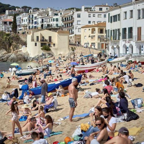 Beach crowds defy COVID-19 restrictions across Catalonia