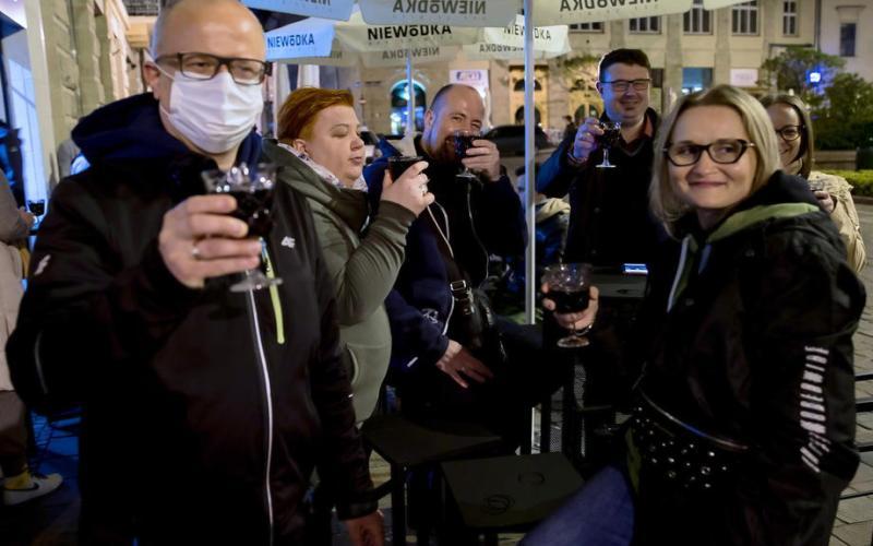 'Like New Year's Eve': Polish bars celebrate midnight reopening