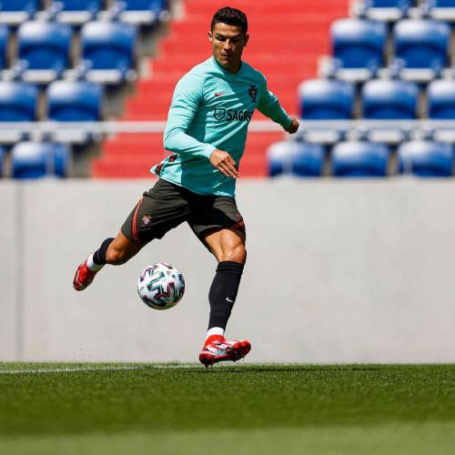 Ronaldo removes CocaCola bottles at press conference