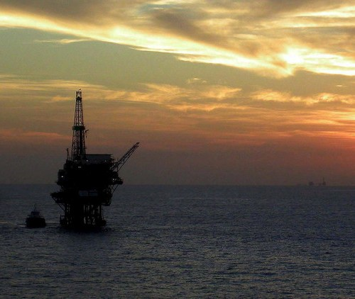 Oil trims gains, but heads for third weekly rise on demand recovery
