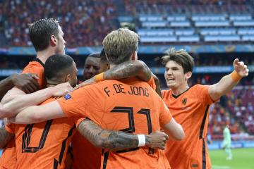 Netherlands beat Austria to win Group and qualify