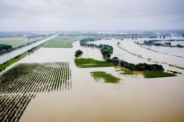 Families told to flee as flood waters breach Dutch dyke