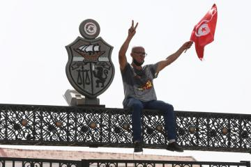 Tunisian Islamists move to ease tensions