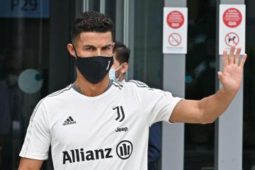 Pandemic inflicts off-pitch losses on fotoball giants Man Utd, Juventus