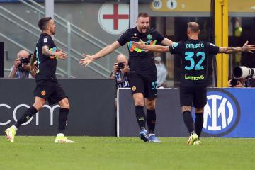 Inter back on top after hitting Bologna for six