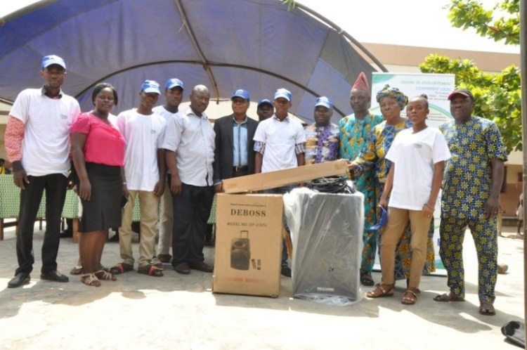 Les représentants du club du CEG Dantokpa recevant leurs équipements