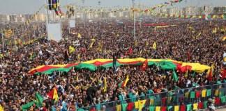 Le Newroz marque, pour de nombreux peuples du Moyen-Orient et d'Asie centrale, l'entrée dans la nouvelle année et le début du printemps, autrement dit la renaissance de la nature. Pour les Kurdes, cette journée a une signification supplémentaire: elle incarne la résistance, la victoire contre l'oppression. Le feu du Newroz allumé partout au Kurdistan le 21 mars remonte à des milliers d'année, au jour où le forgeron Kawa alluma un feu sur la montagne pour annoncer la victoire du peuple contre le tyran Dehak. Depuis, les Kurdes n'ont cessé de se révolter contre les régimes oppresseurs qui ont cherché à les rayer de la carte.