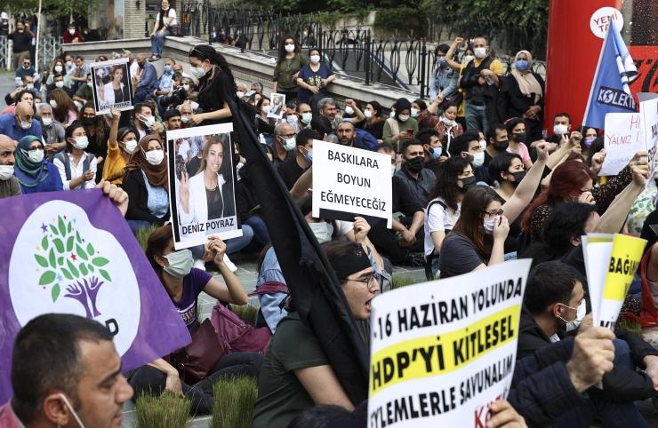 Le 17 juin 2021, un assaillant armé d'un fusil de chasse a attaqué le bureau du HDP à Izmir, tuant une jeune femme