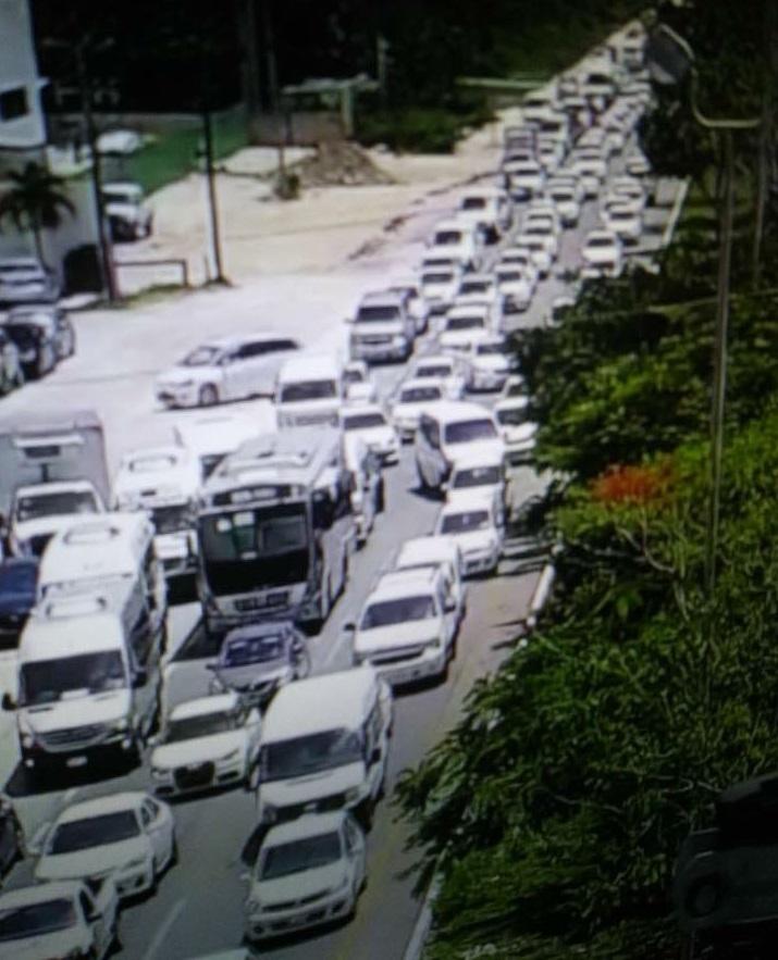 Continuan Manifestaciones y bloqueo de vialidades por los taxistas en Cancun Press