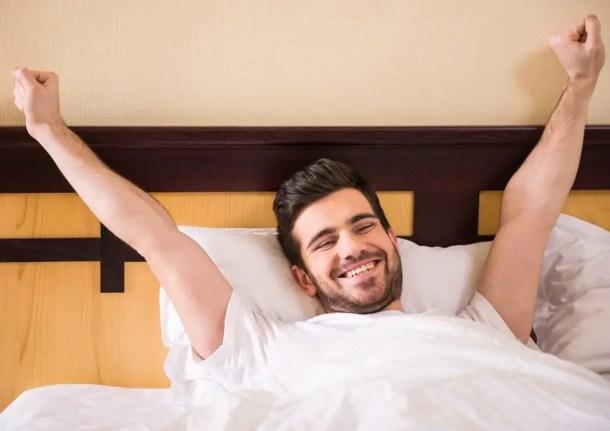 رجل يستيقظ بنشاط