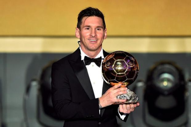 Lionel Messi poses with the 2015 FIFA Ballon dOr award. FABRICE COFFRINI/AFP/Getty Images
