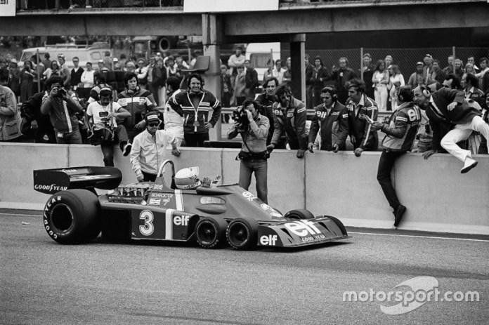 Jody Scheckter, Tyrrell P34-Ford, vencedor, pasa delante de su equipo