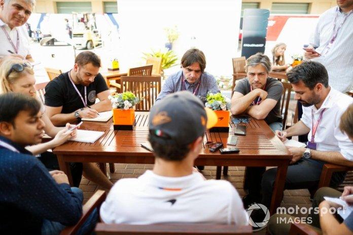 Lando Norris, McLaren, atiende a los medios