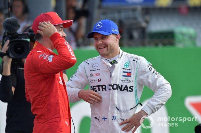 Ganador de la pole Charles Leclerc, Ferrari, celebra y el tercero Valtteri Bottas, Mercedes AMG F1