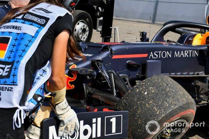 El coche dañado de Pierre Gasly, Red Bull Racing RB15, es levantado por una grúa