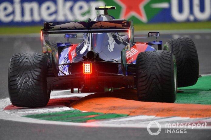 Pierre Gasly, Toro Rosso STR14, gira sobre un bordillo