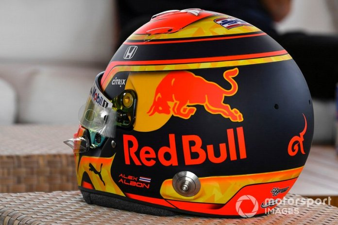 El casco de Alex Albon, Red Bull Racing Racing