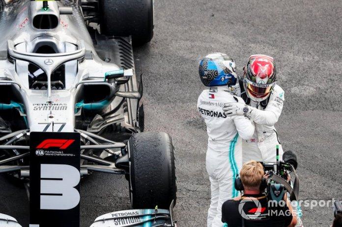Valtteri Bottas, Mercedes AMG F1 y el ganador de la carrera Lewis Hamilton, Mercedes AMG F1 celebran en Parc Ferme
