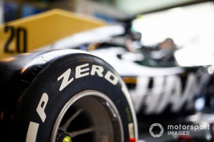 El neumático Pirelli en el coche de Kevin Magnussen Haas F1 Team VF-19
